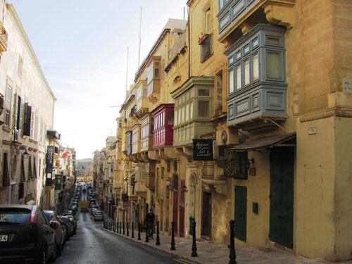 Très beaux  bow-window, utiles pour lutter contre l'humidité hivernale m'a dit une Maltaise.