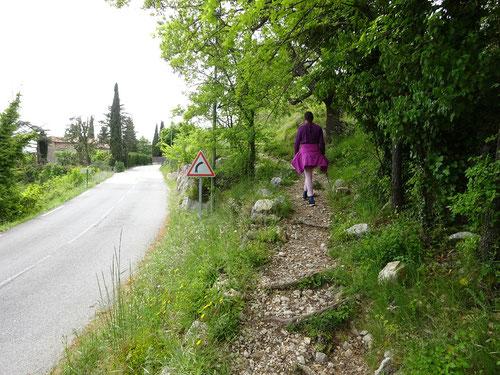 Début du sentier à droite sur la route de Caussols