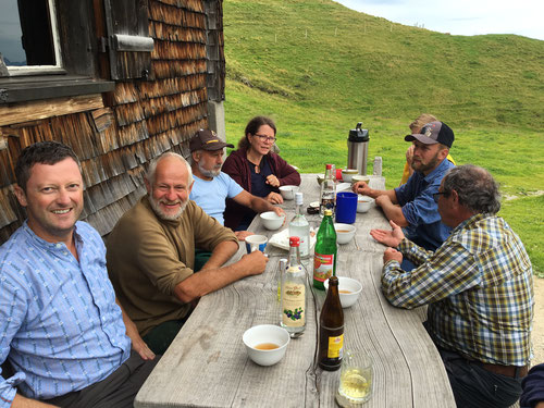 Bergwanderung zur Alp Laucheren: zu Besuch bei Melk (rechts von mir), Toni, Agnes, Christina, Andreas, Robi. August 2016