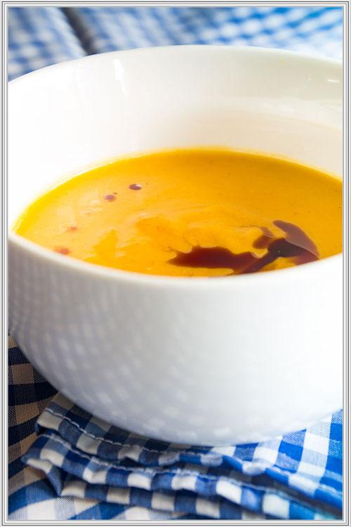 Kürbissuppe mit Ingwer und Curry in weißer Schale Rezept © Jutta M. Jenning mjpics