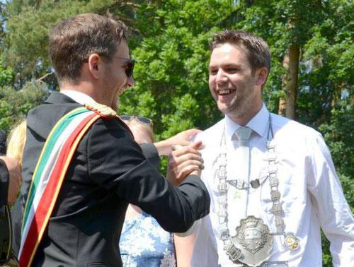Oliver Frisse (l.) übergab sein Amt an Michael Mertens, neuer König der Jungschützen Rüthen.