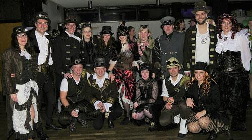 """Die """"Brüllmücken"""" feiern im Rüthener Karneval gerne mit und präsentierten sich entsprechend ihres Sessionsthemas """"Steampunk, mit Vollgas durch den Karneval"""". Auch viele andere Gäste hatten sich sichtlich Mühe mit ihren Kostümen gegeben, die Narren waren a"""