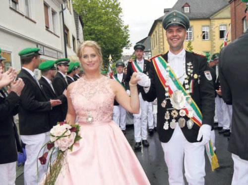 Jungschützenkönigspaar Michael Mertens und Doreen Mahnke erntete ebenfalls viele bewundernde Blicke und viel Applaus. Begleitet wurden sie von ihren charmanten Hofdamen.