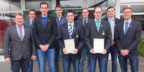 Thomas Goebel (5.v.l.) und Dennis Kirsch (3.v.r.) wurden aus dem Vorstand der Jungschützen verabschiedet