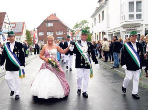 In einem Traum aus Altrosa präsentierte sich Bürgerschützenkönigin Astrid Schreiber mit ihrem König Andreas bei dem gestrigen Festumzug den Schützen und Besuchern am Straßenrand.