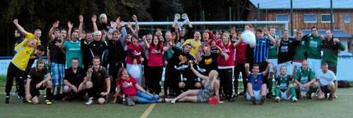 Alles nur Jux: Neun nicht eingespielte Mannschaften traten beim Fußball-Juxturnier gegeneinander an. - Foto: Gazivoda