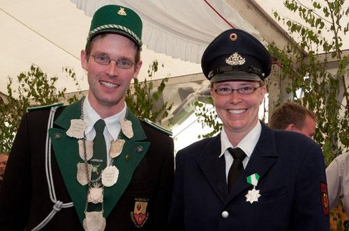 Hampelmannkönig Klaus Wickensack mit seiner Vorgängerin Tanja Buchholz