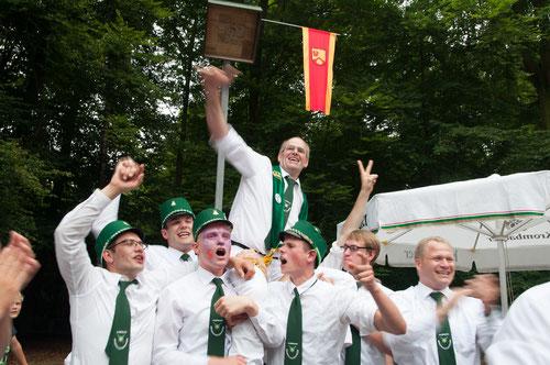 Nach dem 275. Schuss  in Telges Busch war die Freude bei Karl-Heinz Druffel (mit Schärpe) groß.Er errang die Königswürde und wurde von der Ehrengarde gefeiert.