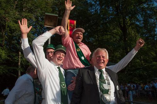 Der König 2014: Theo Jeiler ist kurz nach dem Königsschuss einer der ersten Gratulanten bei Karl Buhne.