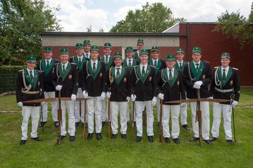 Die Ehrengarde unter der Leitung von Leutnant Maximilian Pufahl (links) in der Übersicht.