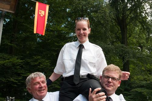 Hampelmannkönigin Kathrin Röckmann vom Spielmannszug der Freiwilligen Feuerwehr ließ sich nach ihrem entscheidenden Schuss feiern.