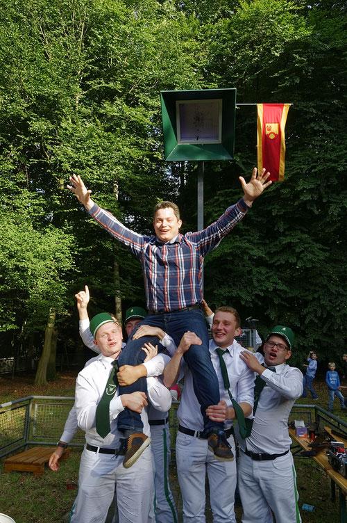 Nach dem Königsschuss in Telges Busch war die Freude bei Simon Schneider (Mitte) groß. Er ließ sich von der Ehrengarde feiern.