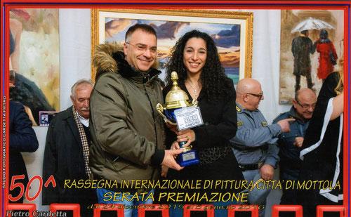 Mottola (TA), 5 gennaio 2016. L'Assessore alla Cultura del Comune di Mottola, Dr.ssa Annamaria Notaristefano, premia Vincenzo Santoro ( Foto Cardetta )