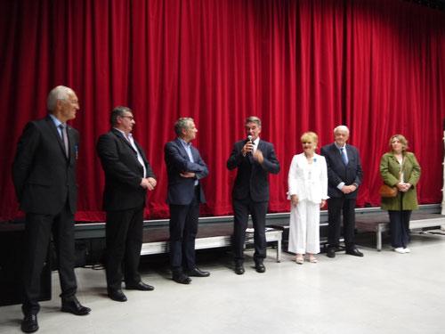 De gauche à droite: Mr BOURLIATAUD, Président départemental de l'ordre National du Mérite, Mr GONZALES, Maire de LUBERSAC, Mr COMBY, Président de la communauté de communes, Mr LAYCURAS, sous-préfet de BRIVE, Claude LAVAL, Mr CHASSEING ,Sénateur, Mme CHAUFFOUR ROBINET, Conseillère Départementale