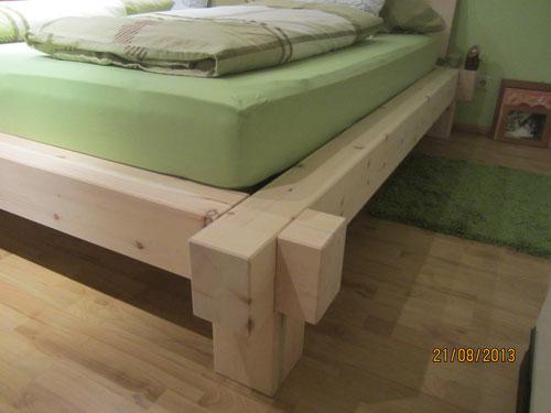 Modernes Balkenbett aus Zirbenholz sorgt für ein super Raumklima und erholsamen Schlaf