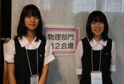 発表した西野真由さん(左)、川口世理香さん(右)