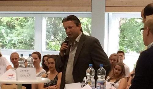 Dr. Peter Schlör bei der Diskussion mit Schülerinnen und Schülern...