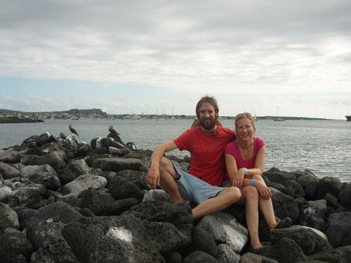 Sandra & Tom auf San Cristobal (im Hintergrund ein Leguan und die typischen Blue Footed Boobies)