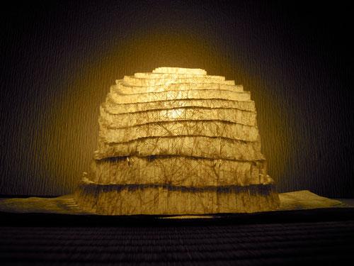 木の繊維の陰影となって、淡く光がこぼれるシェード