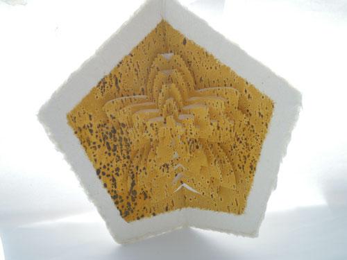 五角形の作品「黄金桜-kogane zakura-」/ 企画展「えんぎもの」出展作品より