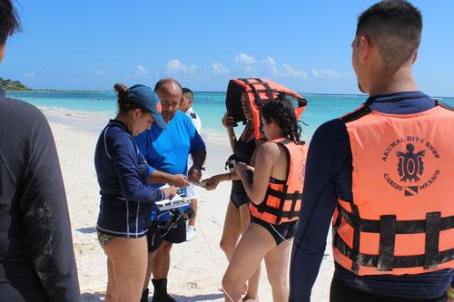 La profesora MV Paula A. Valencia y el profesor biólogo Fabio Gómez de la Universidad Javeriana de Colombia en el Curso de Manejo y Rescate de la Biodiversidad Marina en Cancún. Noviembre 2017