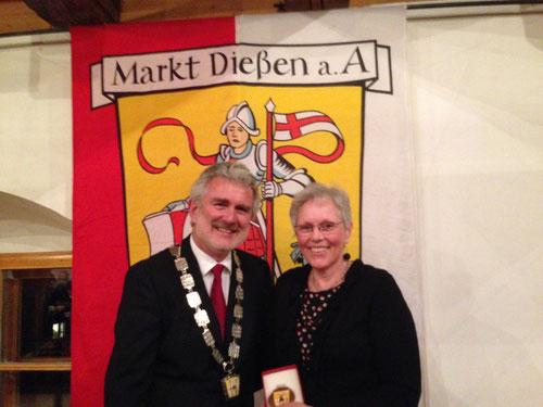 Bürgermeister Kirsch und Melanie Vordermayr nach der Ehrung