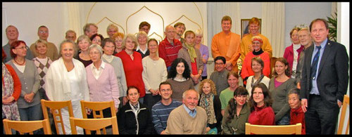Gruppe mit Mönchen Bro. Jayananda & Br. Cormac