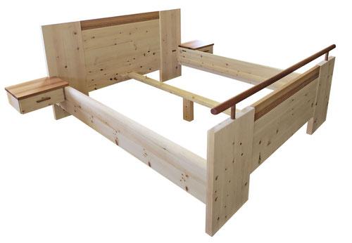 """Zirbenbett """"Strukturiert"""", geradliniges Bett mit Absetzungen in Kopf- und Fußteil, Querstange am Fußteil und Ablagen aus Elsbeere, beidseitig mit Ablage und Schubkasten"""