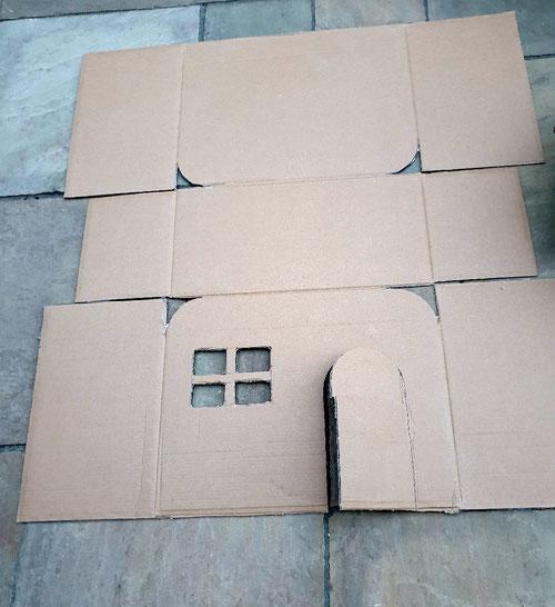 Alle Öffnungen des Kitty Campers werden mit einem Cutter ausgeschnitten