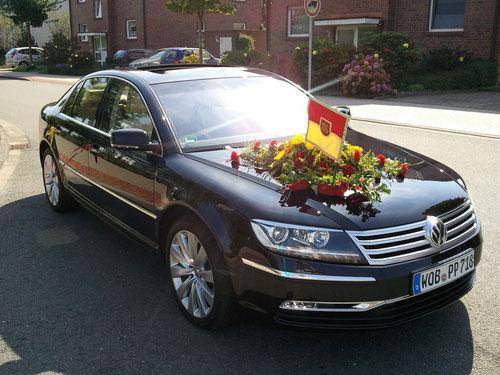 5 dieser Fahrzeuge werden aus Wolfsburg extra für das Schützenfest zur Verfügung gestellt. Hier der Wagen des Königspaares !!
