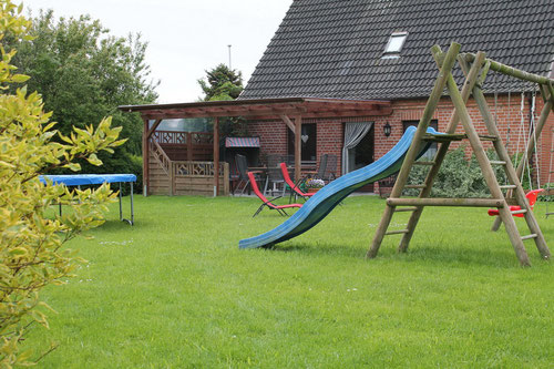 """Haus """"Erna"""" mit überdachter Terrasse,  Garten, Trampolin, Rutschte und Sandkiste"""