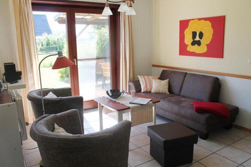 gemütliche Sitzecke mit TV und Blick in den Garten