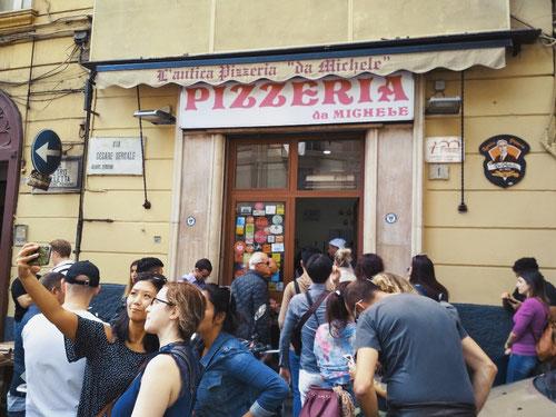 La fila davanti L'Antica Pizzeria da Michele, ritenuta la pizza più buona di Napoli (photo by Gabriele Ferrando)