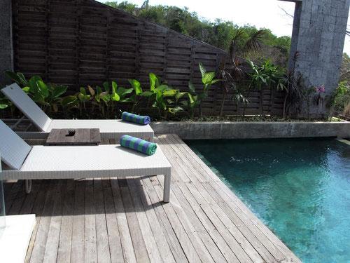 Pool deck della Hideway Villa ad Uluwatu (Photo by Gabriele Ferrando)