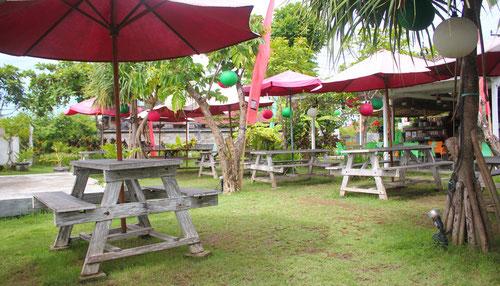 Giardino con tavoli da Pizza House a Canggu - Bali