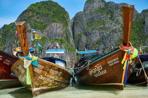 Tipiche imbarcazioni Thailandesi su una spiaggia nel Mar delle Andamane.