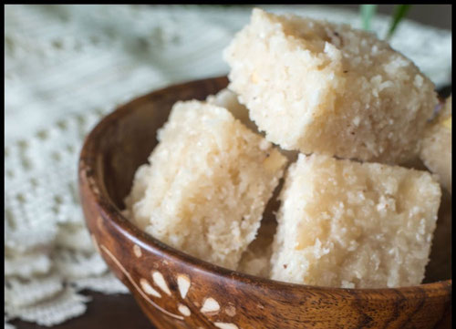 Ricetta del Barfi al cocco, dolcetto tipico indiano (Photo by Archana Doshi)