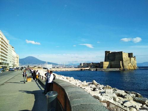 Lungomare di Napoli con sfondo di Castel dell'Ovo (Photo by Gabriele Ferrando)