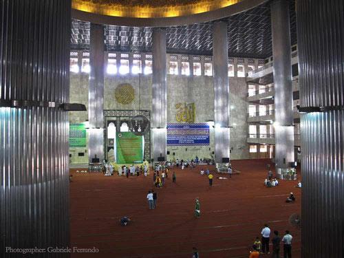 L'interno della Moschea Istiqlal a Jakarta