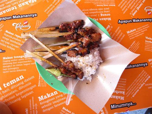 Dove mangiare a Kuta: spiedini di maiale con riso (Photo by Gabriele Ferrando)