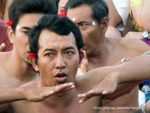 Un momento della danza Kecak che si tiene ogni giorno al tramonto al Tempio di Uluwatu