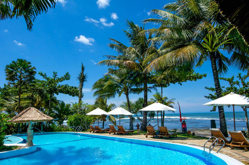 Beachfront Swimming Pool at Puri Dajuma Resort in Medewi (Photo by Gabriele Ferrando)