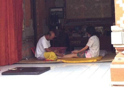 Pak Sirkus curando una paziente