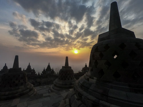 Yogyakarta - tempio di Prambanan in controluce (Photo by Gabriele Ferrando)