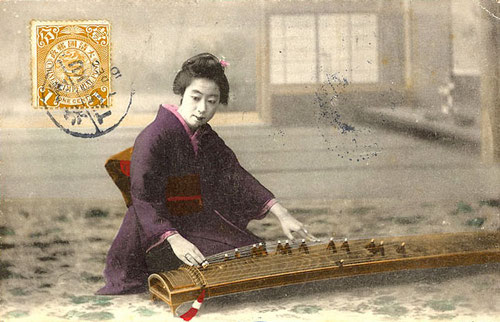 Geisha che suona il Koto (Photo by https://hajimaji.com/2009/03/13/japanese-koto/)