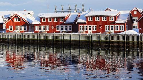 Spiegelbild der farbigen Häuser in Svolvaer