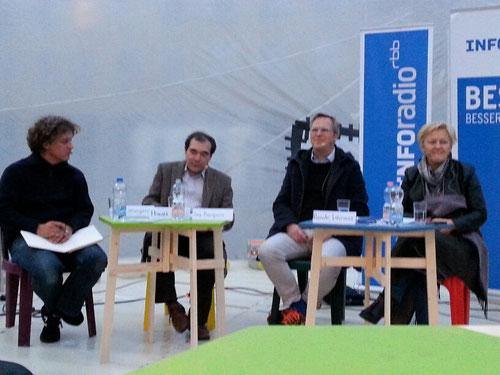 V. l. n. r.: Jan Liesegang (raumlaborberlin), Harald Asel (INFOradio), Timo Reinfrank (Amadeu-Antonio-Stiftung), Renate Künast (MdB, Fraktion Bündnis 90/Die Grünen)