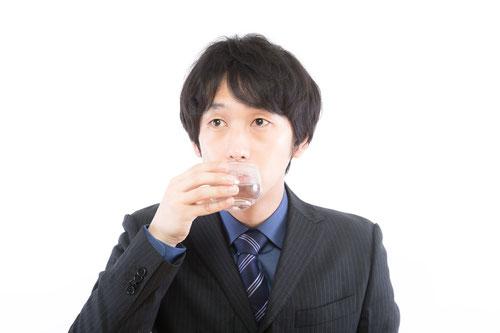 頚椎ヘルニアが原因で喉に違和感のある男性