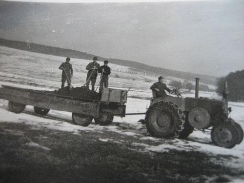 Mistausbringen während der Fahrt mit der Mitgabel.  Rudlos, ca. 1950