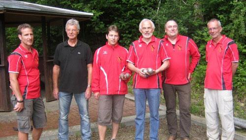 Der DPV-Jugend Vorstand mit Trainer Bernd Wormer (1.v.l.) und dem ersten Vorsitzenden des TCO, Anton Weidemann (2.v.l.)